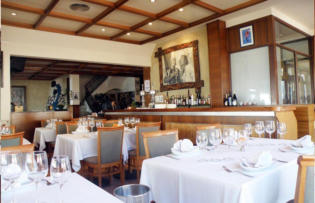 Salvador Dalí y el gitano de la costa brava en la sala dalí del Restaurant Llafranc.